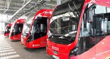 Die E-Gelenkbusse der Stadtwerke Osnabrück warten auf ihren Einsatz.
