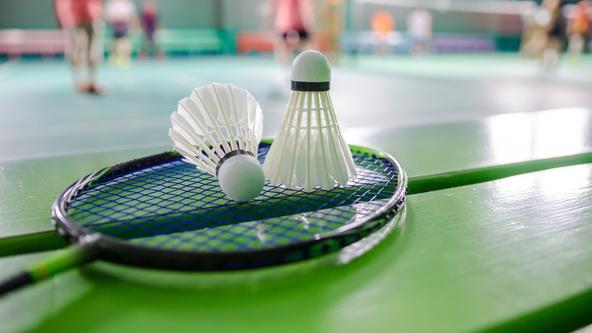Badmintonschläger liegt auf einer Bank