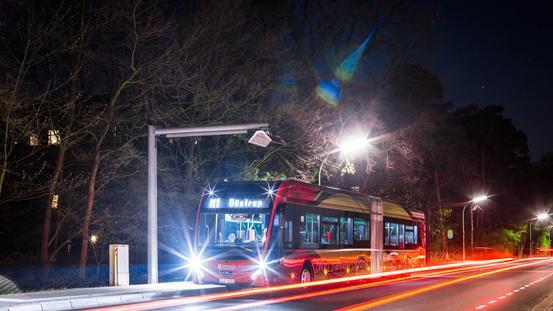 E-Bus an der Endhaltstelle bei Nacht