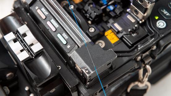 Die Glasfasern wurden durch das Spleißgerät zusammengespleißt und verbunden
