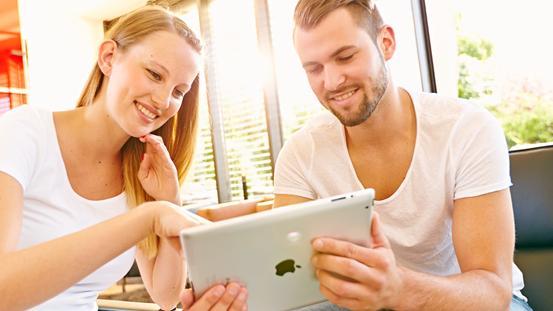 Frau und Mann am Tablet
