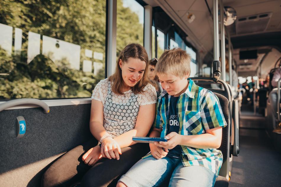 Schüler sitzen im Bus der VOS