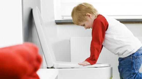 Mädchen schaut in die Toilette