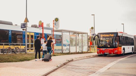 Bus der VOS wartet am Bahnhof auf Nordwestbahn