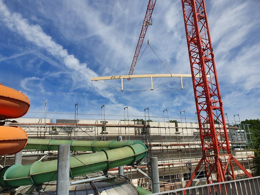 Bau des Rutschenparks am 33 Meter Aussenbecken des Nettebads