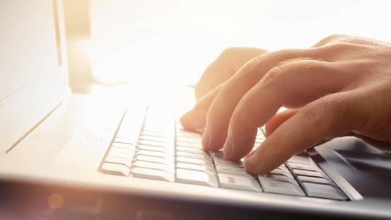 Finger tippen auf einem Laptop