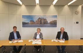 Unterschriften für eine Wohn-Partnerschaft: (V.l.) Stephan Wilinski (Diakonie-Geschäftsführer), Sabine Weber (Diakonie-Geschäftsführung Altenhilfe) und Marcel Haselof (ESOS-Prokurist).