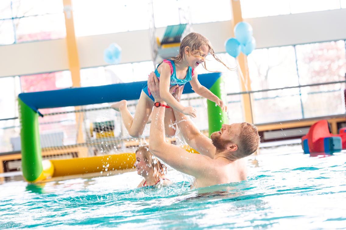 Familienzeit im Nichtschwimmerbecken des Schinkelbads