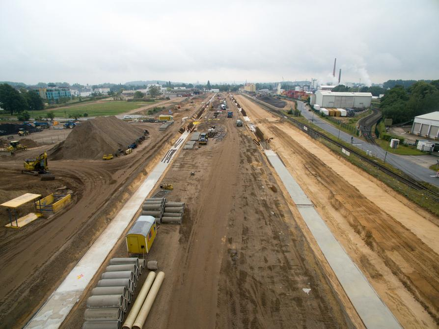 Die Bauarbeiten am Fürstenauer Weg, der auch die Hauptanbindung für das neue Containerterminal sein wird, schreiten voran.