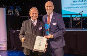 Jury-Vorsitzender Gottfried Rüßmann (l.) verleiht den EBUS-Award an Stadtwerke-Mobilitätsvorstand Dr. Stephan Rolfes