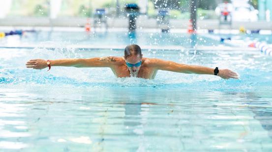 Bahnen schwimmen in der Sportwelt des Nettebades in Osnabrück