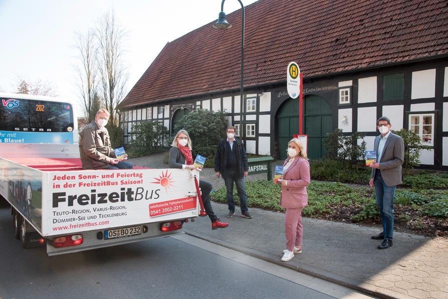 Die VOS-FreizeitBus-Projektgruppe freut sich auf den anstehenden Saisonstart: (V.l.) Klaus Schwarzer, Alina Rapp, Stefan Oldenburg, Katrin Greywe und Frank Bühning.