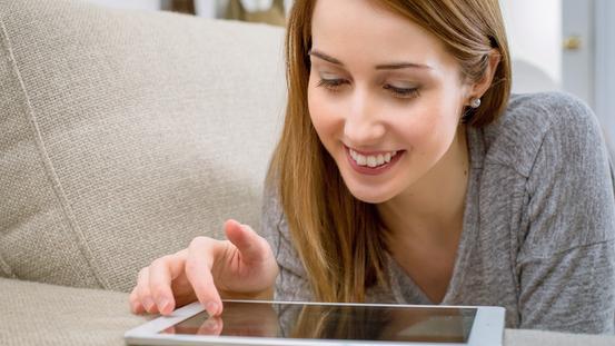Frau bedient ein Tablet