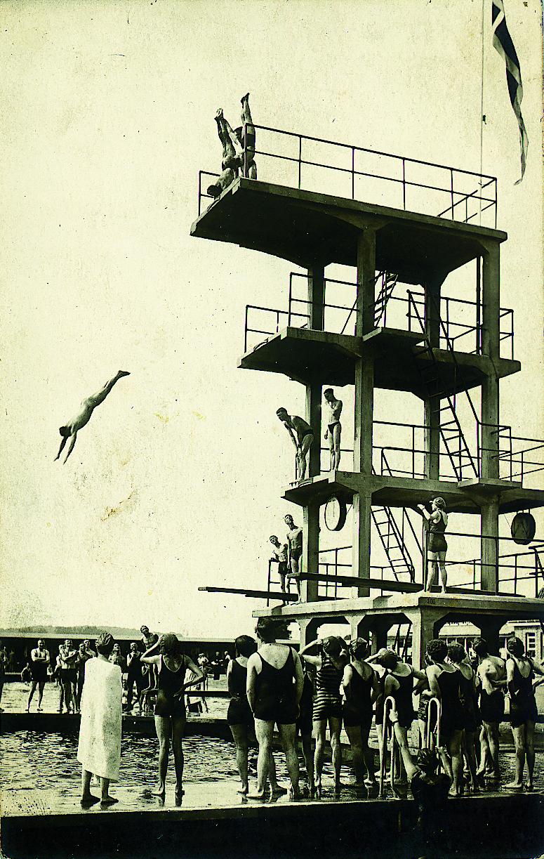 Historisches Bild vom Sprungturm im Moskaubad