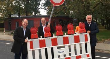 Knollstraße freigegeben (v.l.): Stadtwerke-Vorstandsvorsitzende Christoph Hüls, Hartmut Dieckmann, geschäftsführender Gesellschafter der Dieckmann Bauen + Umwelt GmbH Co. KG und Osnabrücks Oberbürgermeister Wolfgang Griesert