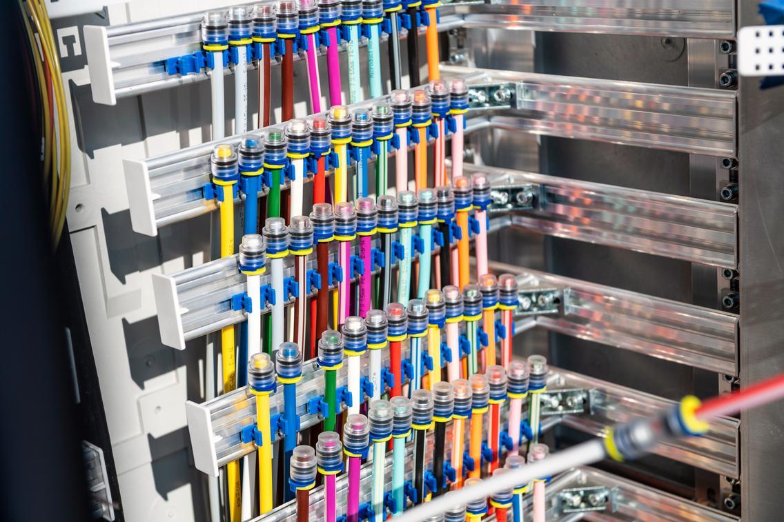Breitbandausbau Innenansicht eines Glasfaser-Technikkastens