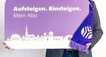 Werner Linnenbrink, Leiter Mobilitätsangebot der Stadtwerke, präsentiert die limitierte Sonderedition der Abokarte im exklusiven VfL Osnabrück-Design.
