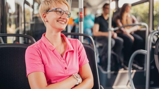 Frau mit PremiumAbo im Bus der VOS