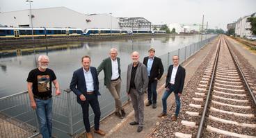 Machen gemeinsame Sache bei der anstehenden Vertiefung des Hafenbeckens: (V.l.) Jan Sievers (Kämmerer), Dr. Knut Schemme (GMH Recycling), Walter Bergschneider (Bergschneider), Dr. Stephan Rolfes (Stadtwerke), Martin Hoffschröer (Q1) und Guido Giesen (EHB).