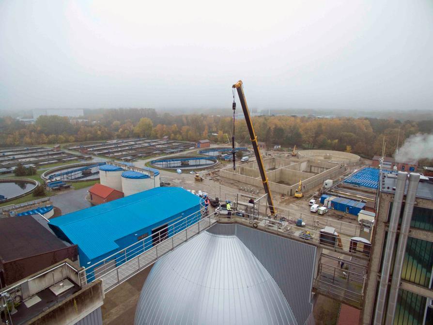 Ein 40-Meter-Kran hievt den 1,5-Tonnen-Mischer aus dem Faulturm des Klärwerks Eversburg.