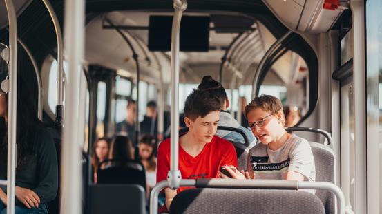 Schüler im Bus der VOS