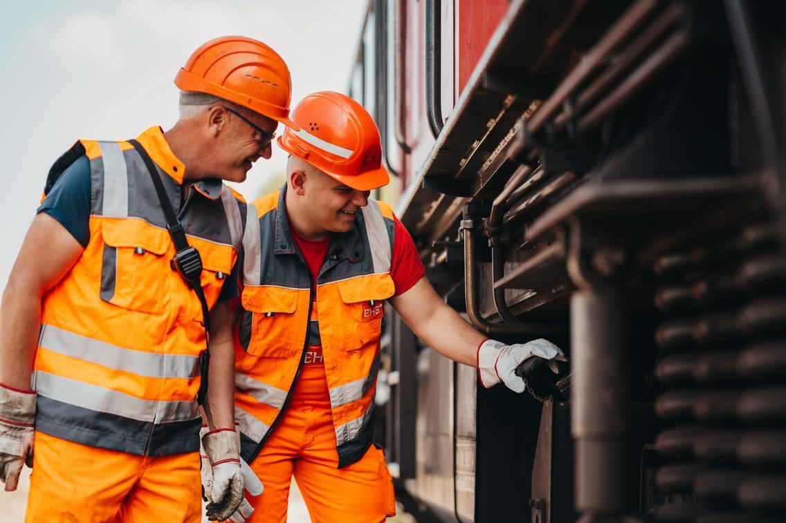 Zwei Männer prüfen etwas an der Lok