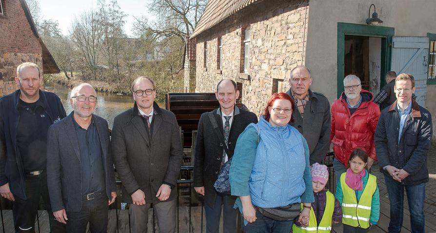 Lega S-Geschäftsführer Thomas Solbrig (2. v.l.) weiht mit allen Unterstützern das neue Mühlrad an der Nackten Mühle ein.