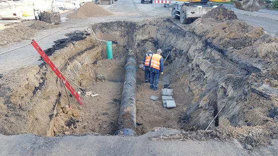 Eine kaputte Rohrleitung wird von Mitarbeitern inspiziert