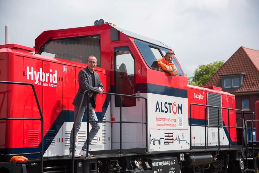 Mit der Hybridlok emissionsarm über die Hafengleise: EHB-Geschäftsführer Guido Giesen (l.) und EHB-Bahnbetriebsleiter Robin Jelken.