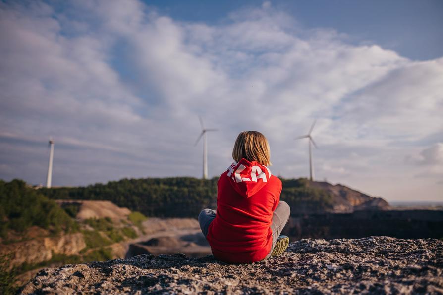 Junge blickt auf den Windpark am Piesberg