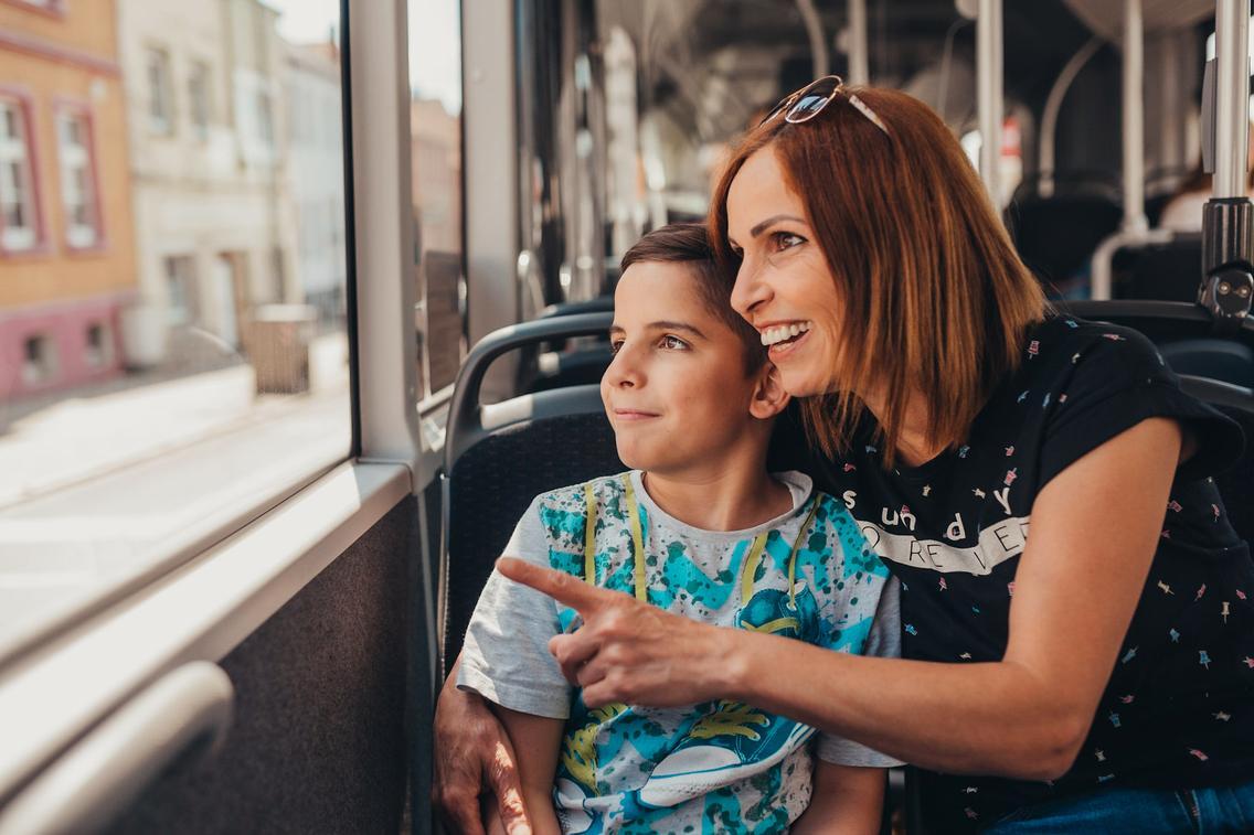 Mutter sitzt mit Sohn im Bus der VOS