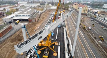 Aufbau der Portalkräne für das neue Containerterminal im Hafen Osnabrück
