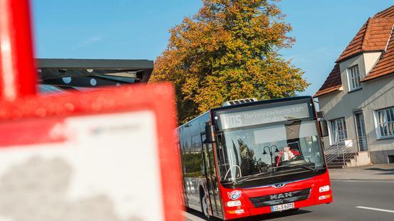 Bus fährt an Haltestelle mit Fahrplan in Osnabrück