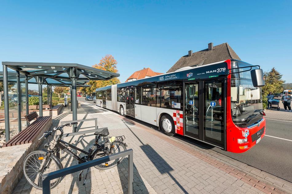 Bus der VOS wartet an der Haltestelle in Osnabrück