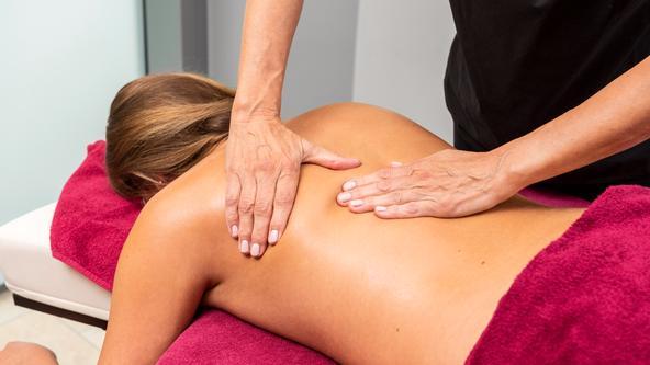 Entspannungsmassage für den Rücken im Spa & Beauty
