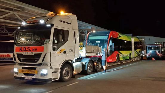 """Der erste """"neue"""" E-Gelenkbus kommt auf dem Stadtwerke-Busbetriebshof an."""
