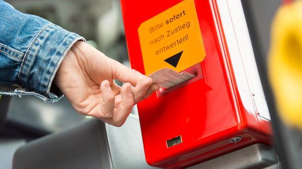 Kunde entwertet Ticket im Bus der VOS