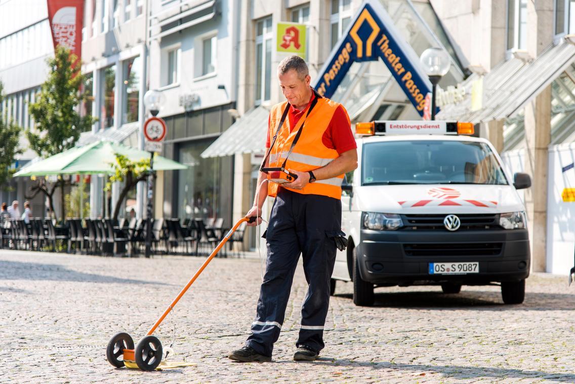 Ein Mitarbeiter der SWO Netz GmbH sucht nach einem Leck im Erdgasnetz