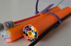 Ein solcher Rohrverbund mit Glasfaser bringt das schnelle Internet.