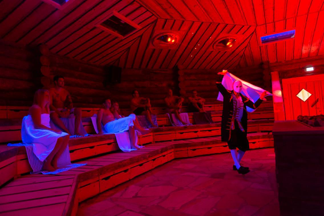 Aufgussspektakel bei der kleinen Saunanacht in der Loma-Sauna