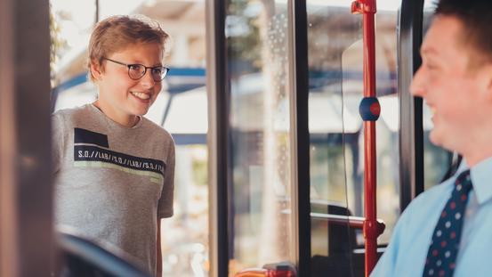 Schüler steigt in Bus der VOS
