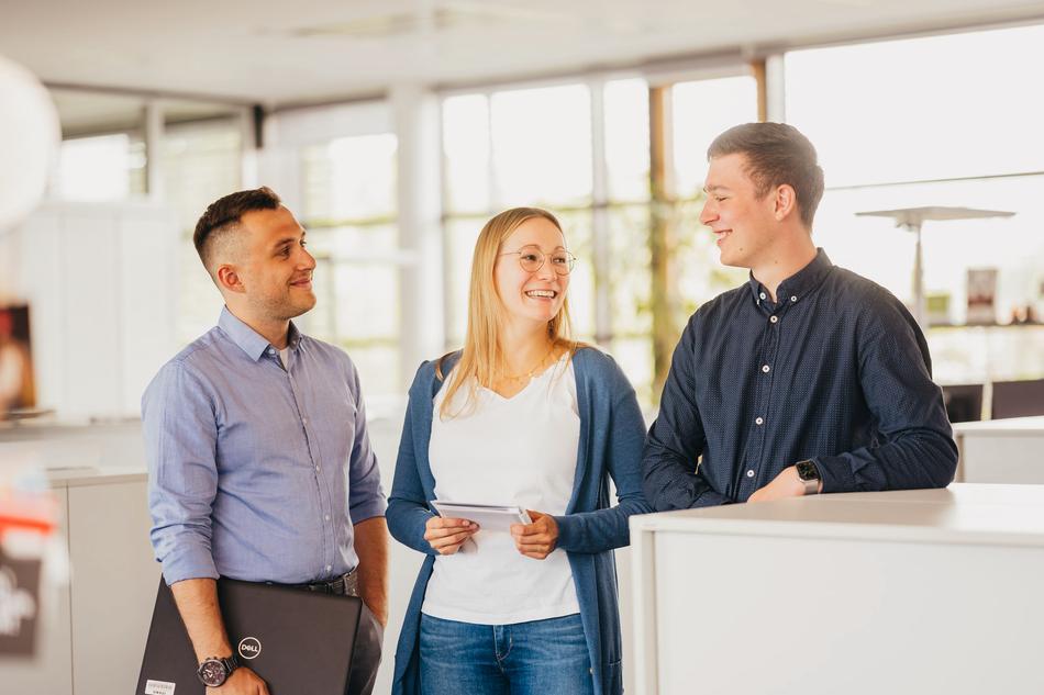 Studierende im Gespräch im Büro