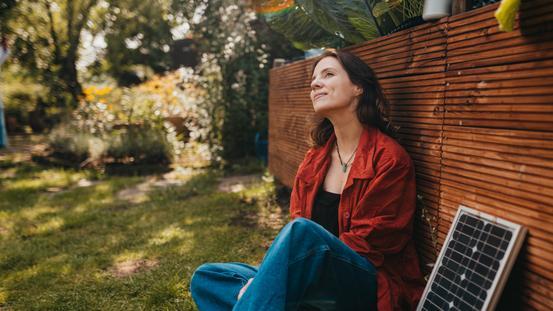 Marlene nutzt Sonnenenergie für Musik im Garten