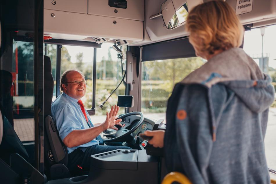 Kundin bezahlt Tickets im Bus der Verkehrsgemeinschaft Osnabrück (VOS)