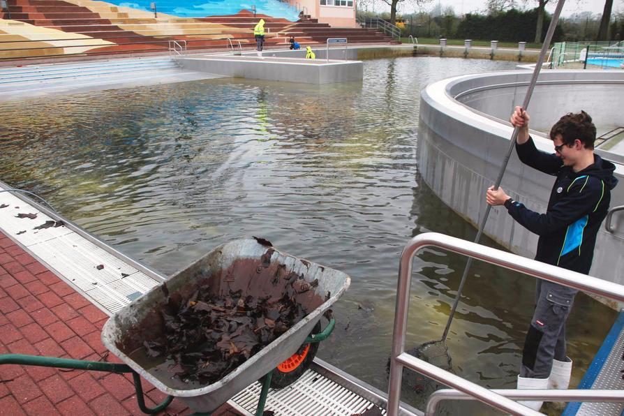 Im Moskaubad wird derzeit noch fleißig gereinigt, in den kommenden Wochen werden die Außenbecken mit Frischwasser gefüllt.