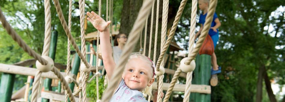 Staunen Sie über den Mut und die Kletterkünste Ihres Kindes.