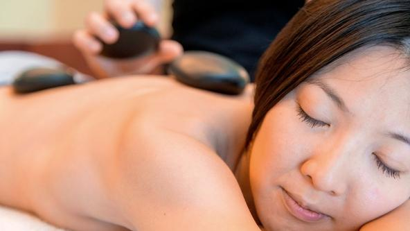 Energie tanken bei einer Hot Stone Massage