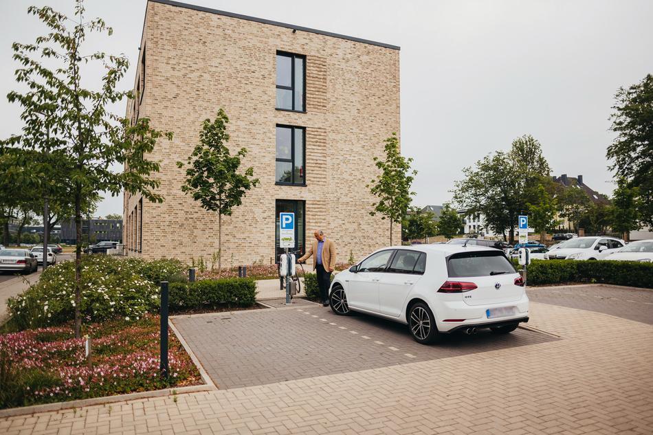 Firmen-Parkplatz mit E-Ladebox