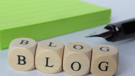 Buchstabenwürfel mit dem Wort Blog