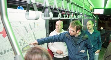 Stadtwerke-E-Bus-Projektleiter Joachim Kossow erläutert bei einer Anwohner-Infoveranstaltung im Dezember 2019 die Pläne zum Ausbau der Endwende Schinkel-Ost